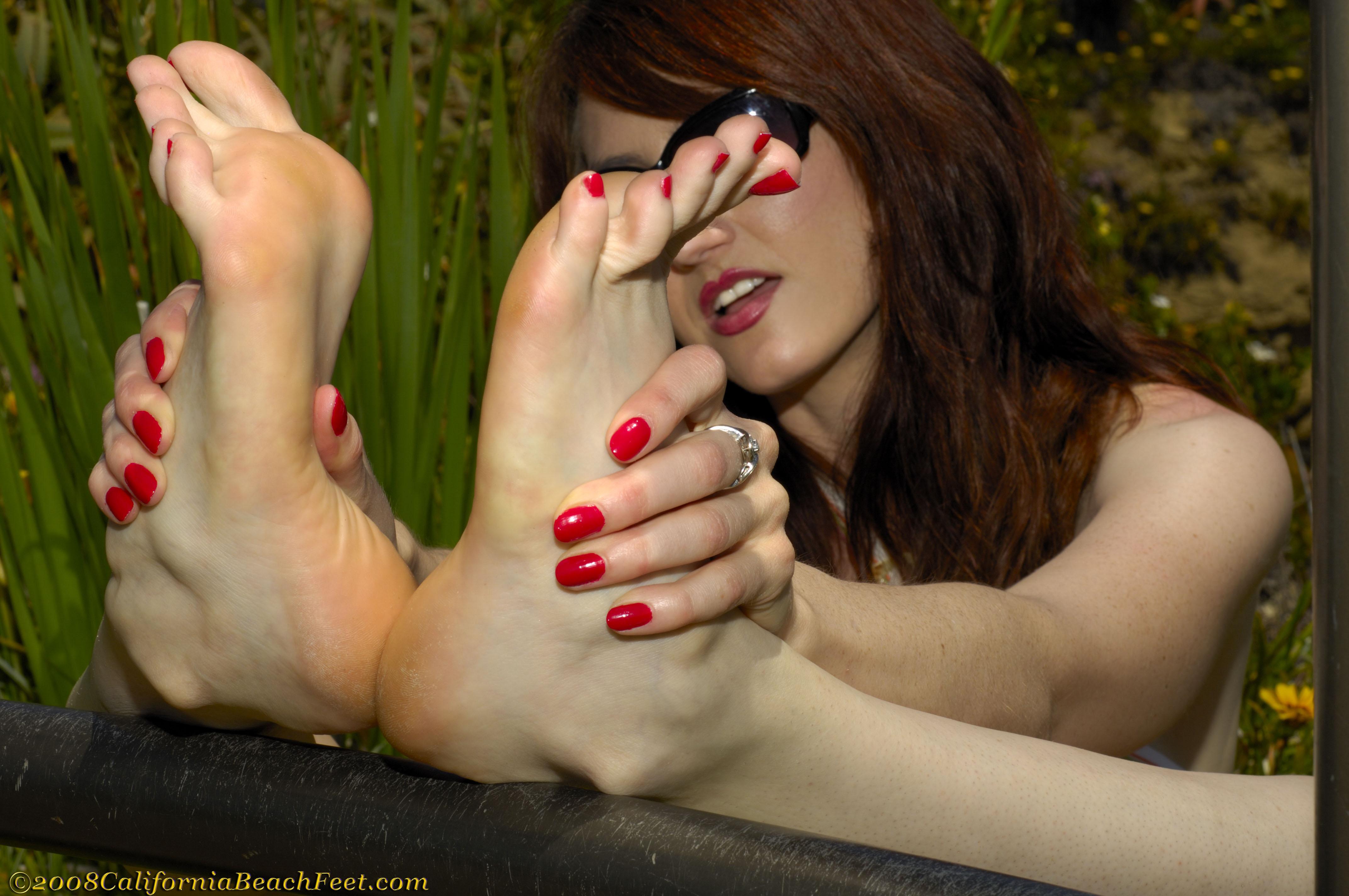 sex-sexy-barefoot-licking-girls